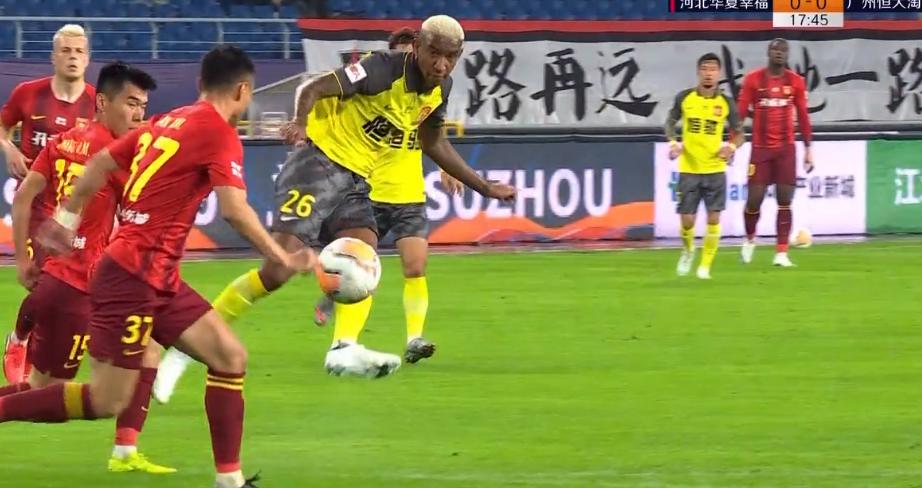 GIF:塔利斯卡射门击中潘喜明指尖,裁判示意比赛继续进行