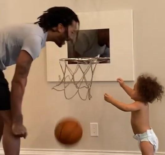温馨有爱!罗斯带小儿子玩篮球