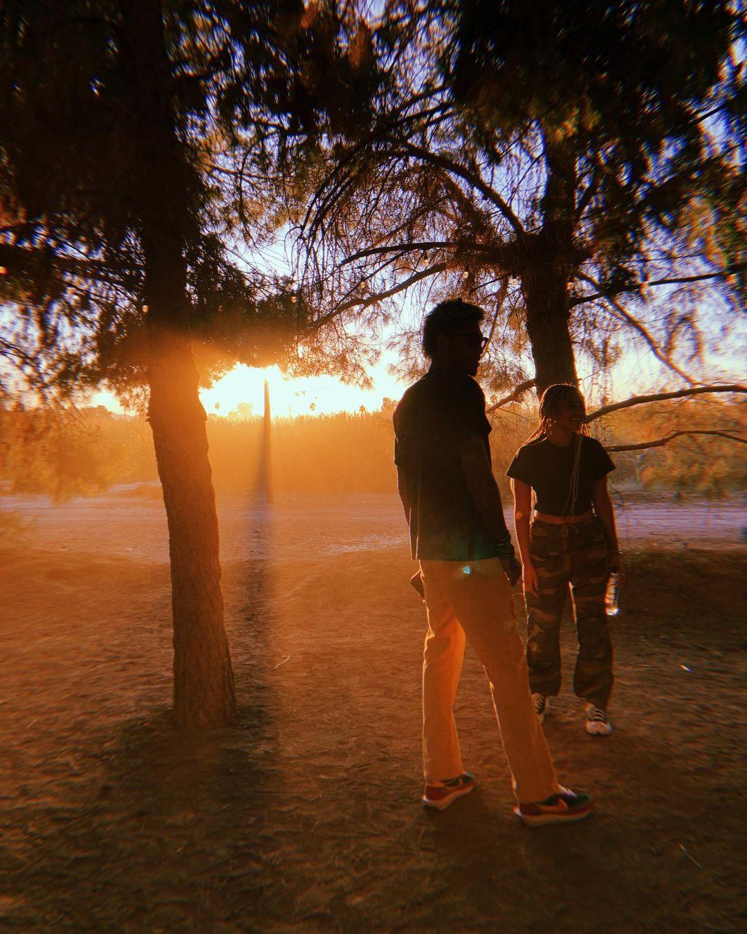 乌布雷晒照秀恩亚博城手机注册爱:我们手牵着手朝着太阳走去