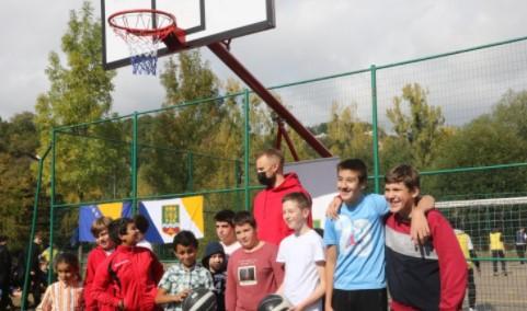 扎南-穆萨在黑山援建的篮球场和足球场于昨日启用
