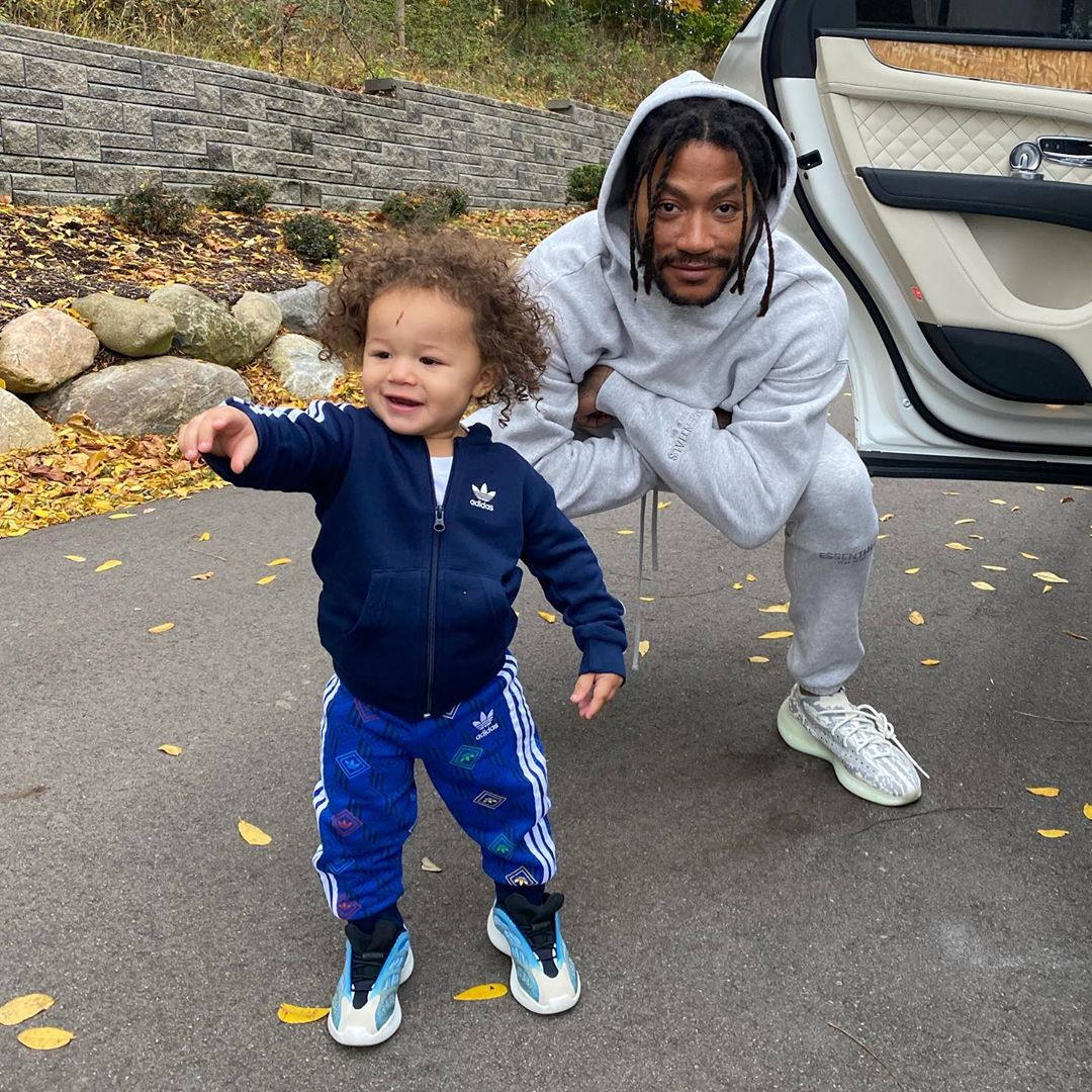 奶爸日常!罗斯与小儿子在车门边摆拍