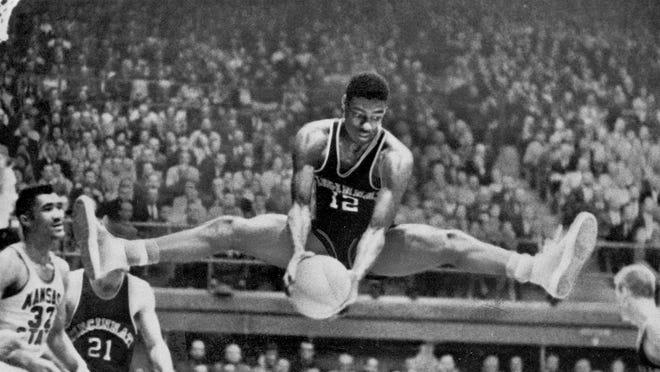 60年前的今天,奥斯卡-罗伯特森生涯首秀便拿下三双