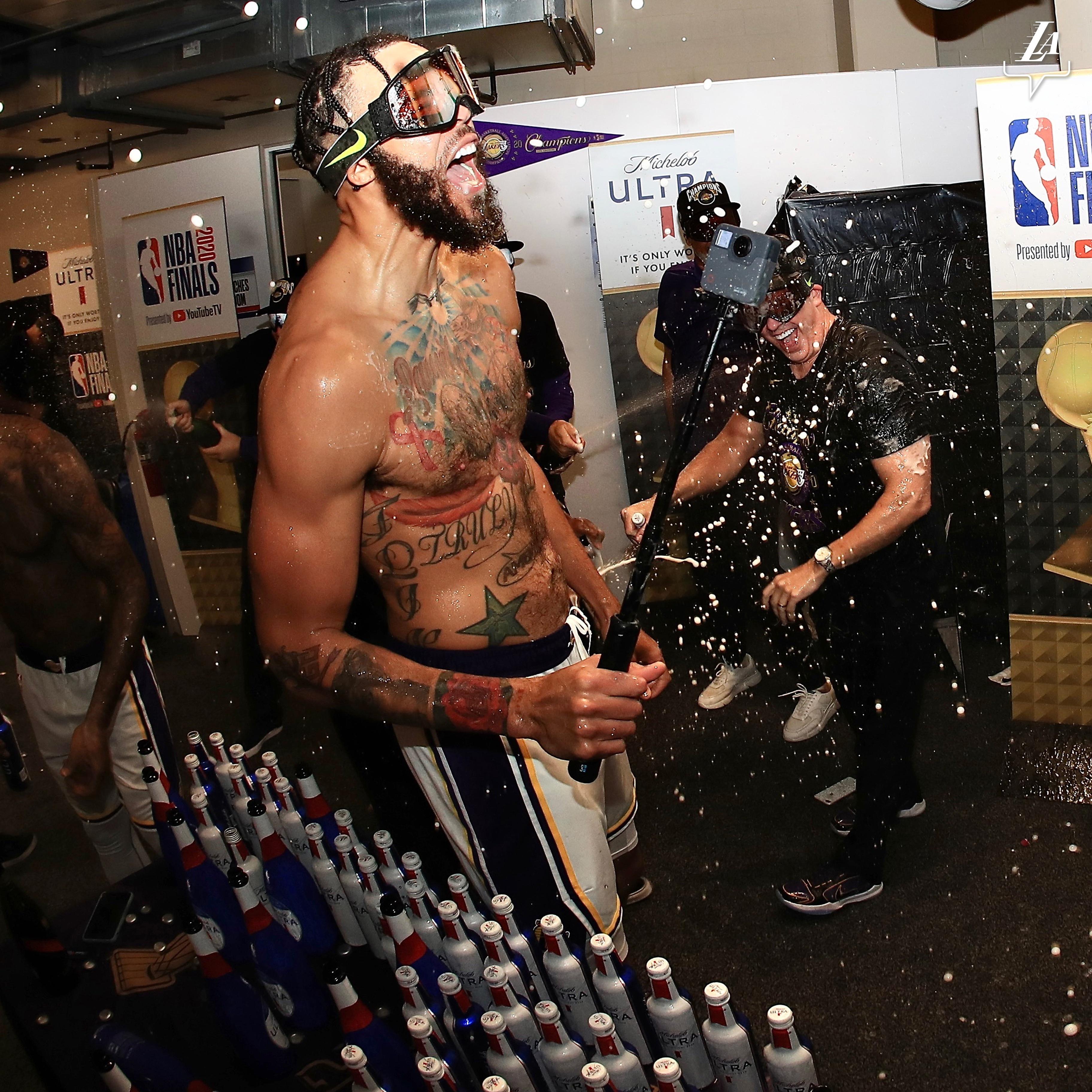 湖人官推发布麦基夺冠后更衣室庆祝图集:疯狂的夜晚
