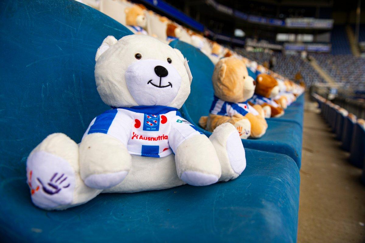 有爱!荷甲球队为支持患癌儿童,在球场内摆满毛绒小熊