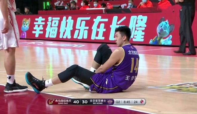 国内媒体:王少杰今晚只是崴脚并非跟腱伤病