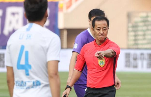 GIF:是点球吗?刘洋禁区内手球,裁判和VAR均未判罚