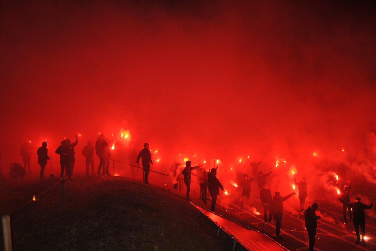 热爱!0-13惨败阿贾克斯后,芬洛球迷高歌放烟花为主队加油