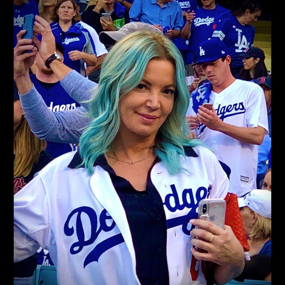 珍妮-巴斯晒自己身着洛杉矶道奇队服旧照,祝贺道奇夺冠