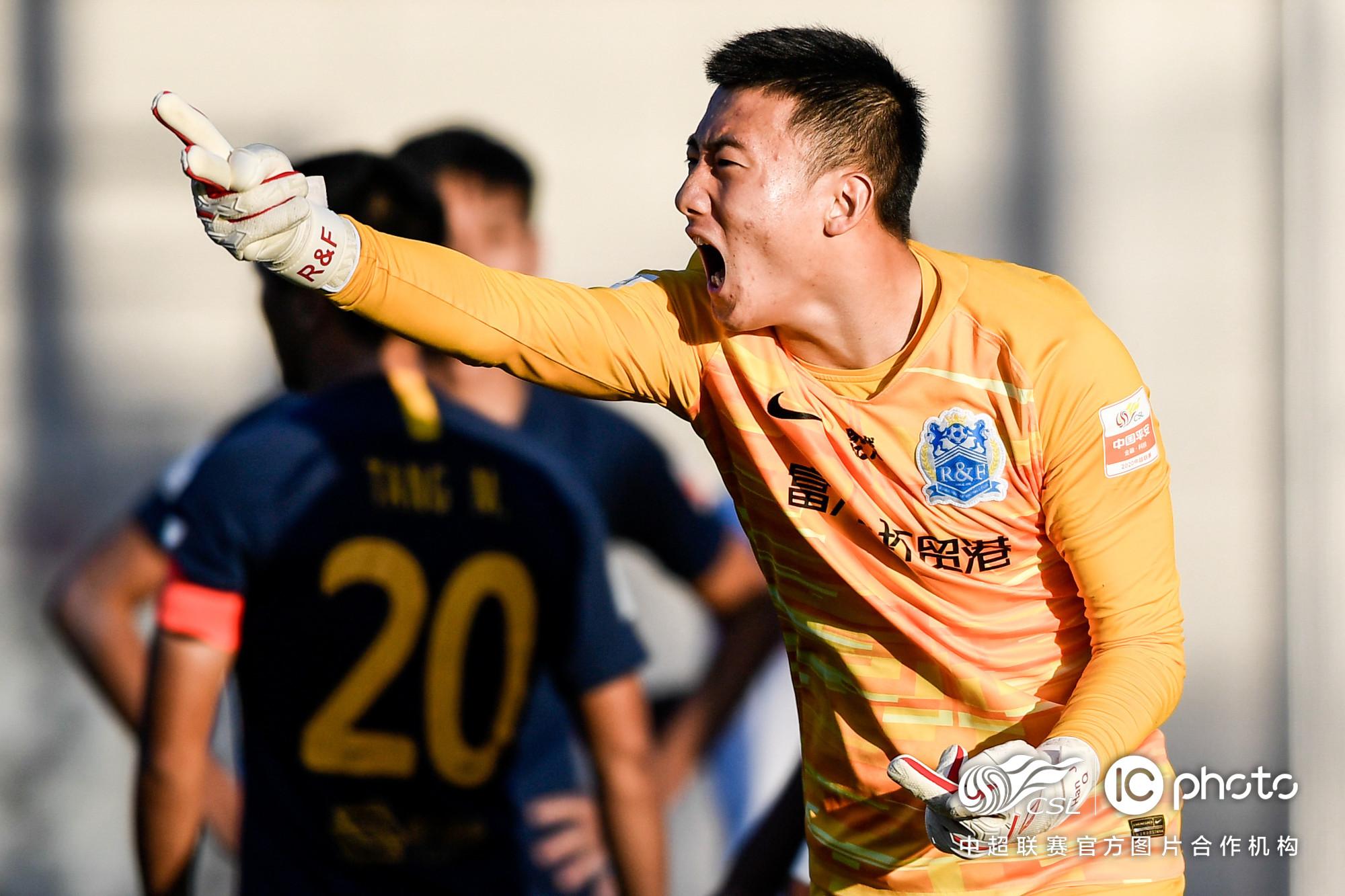 韩佳奇:老外觉得中国人不适合踢足球;未来希