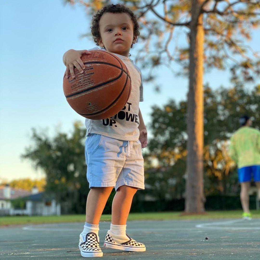 篮球第三代!小里弗斯晒儿子捧着篮球的照片