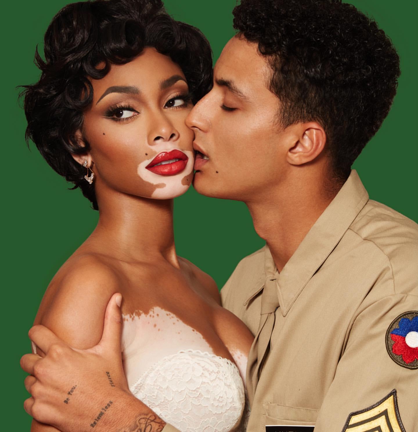 库兹马晒与女友万圣节装扮照,模仿著名杂志写真封面