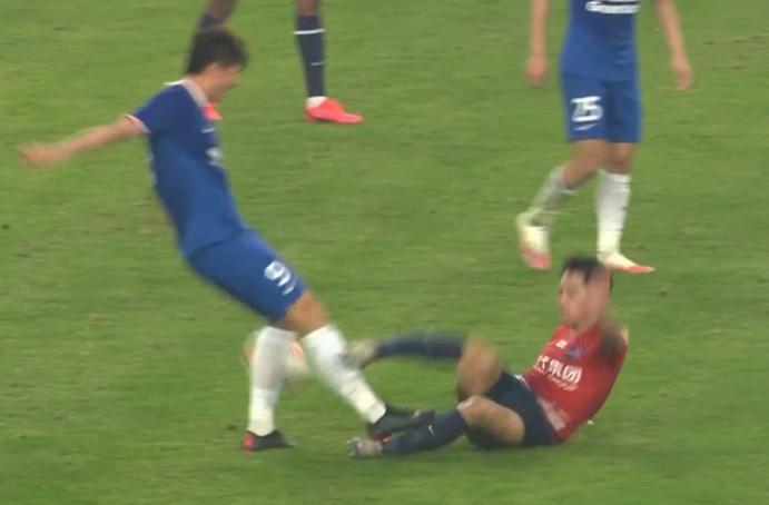 GIF:直红!吴庆飞铲踹到杨旭小腿被红牌罚下