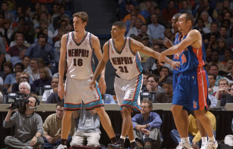 2001年的今天,加索尔和巴蒂尔完成NBA首秀
