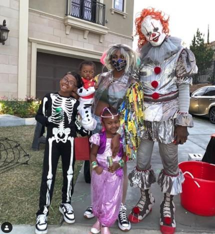 尼克-杨晒万圣节装扮:《小丑回魂》中的小丑