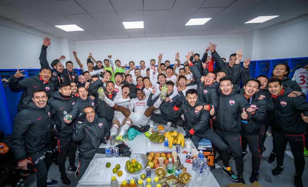 一图流:深圳佳兆业赛后大合影,庆祝提前一轮保级成功