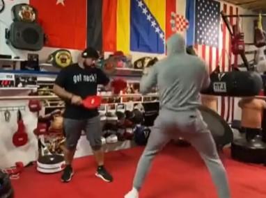 已成日常!利拉德晒自己拳击训练的片段