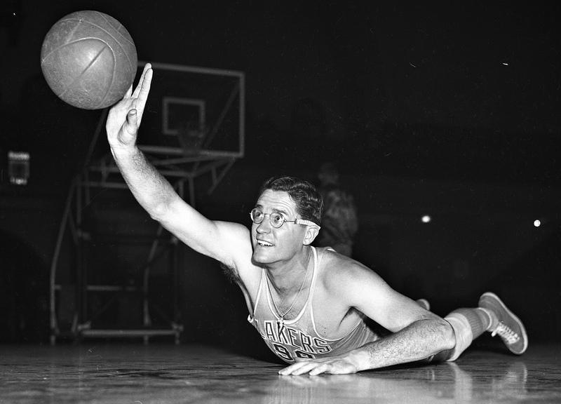 72年前的今天,NBA名宿乔治-麦肯迎来职业生涯首秀