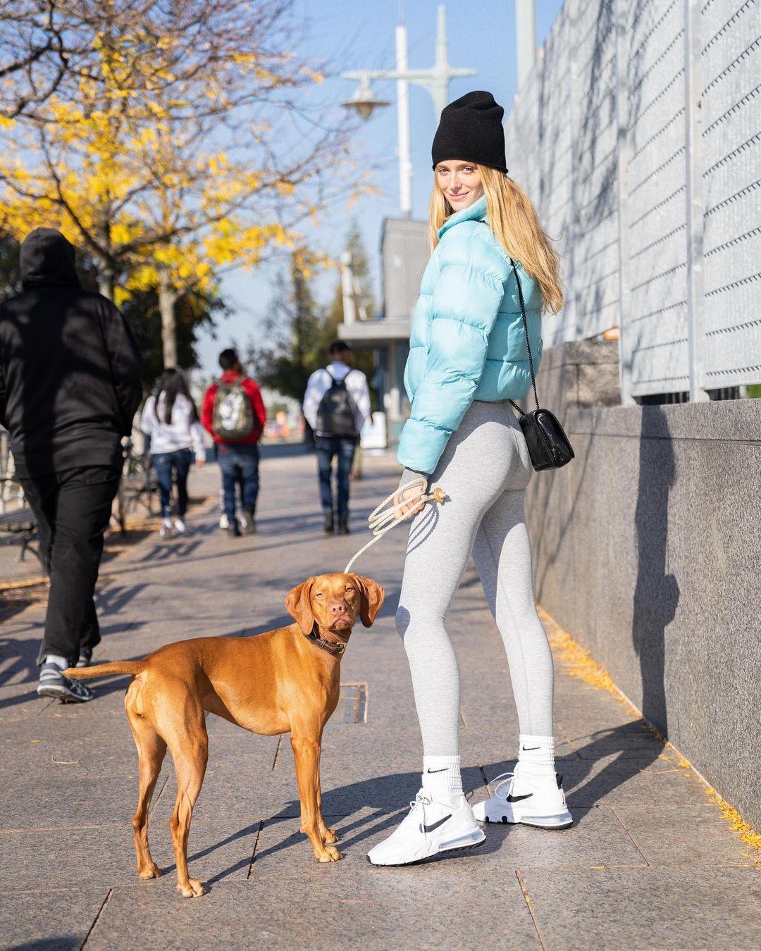 冬天的一抹亮色!乐福女友晒自己带狗狗出街的照片
