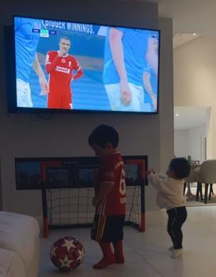 照样本身仁!蒂亚戈儿子照样穿着拜仁球衣,不雅旁观父亲比赛