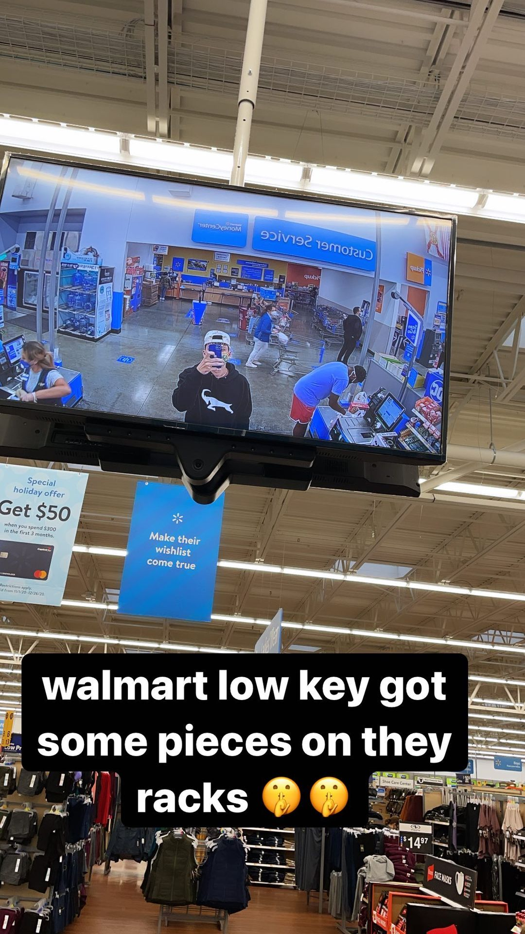 突发奇想?希罗对着沃尔玛超市的监控大屏幕自拍