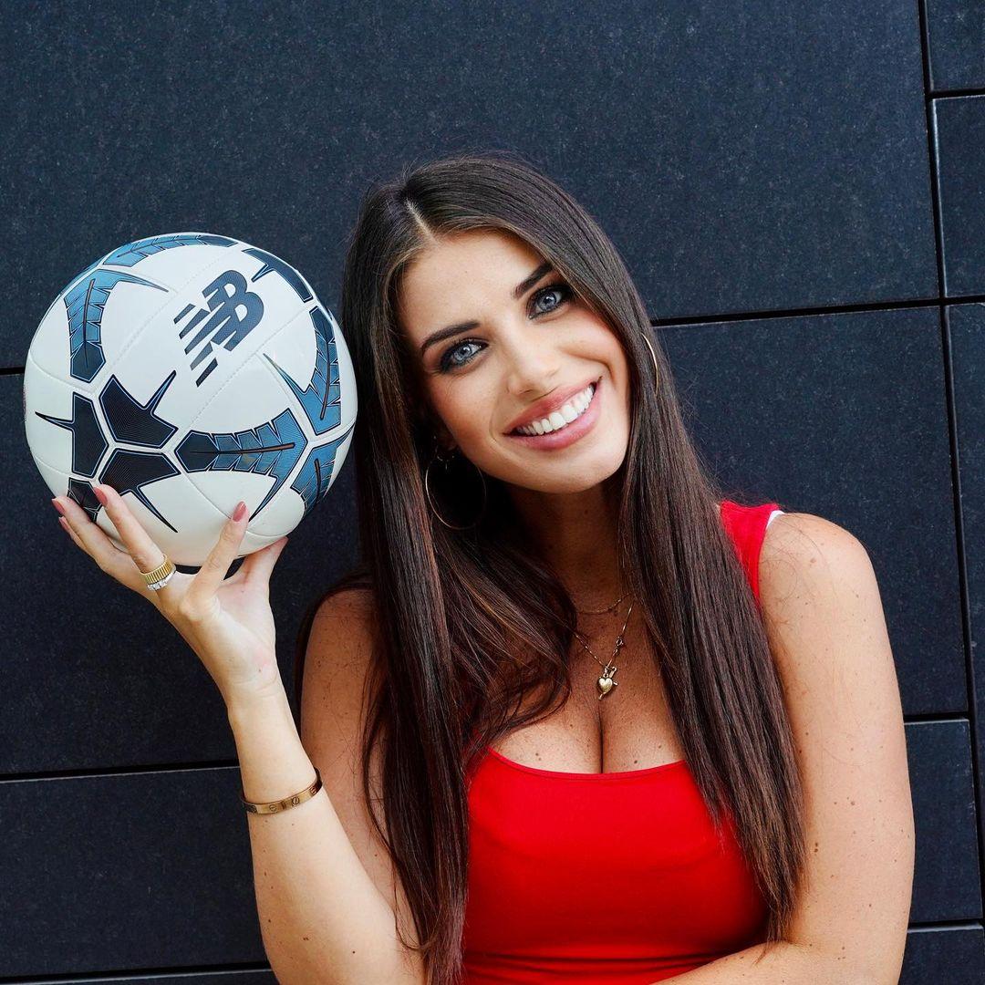 足球宝贝!加里纳利妻子晒靓照