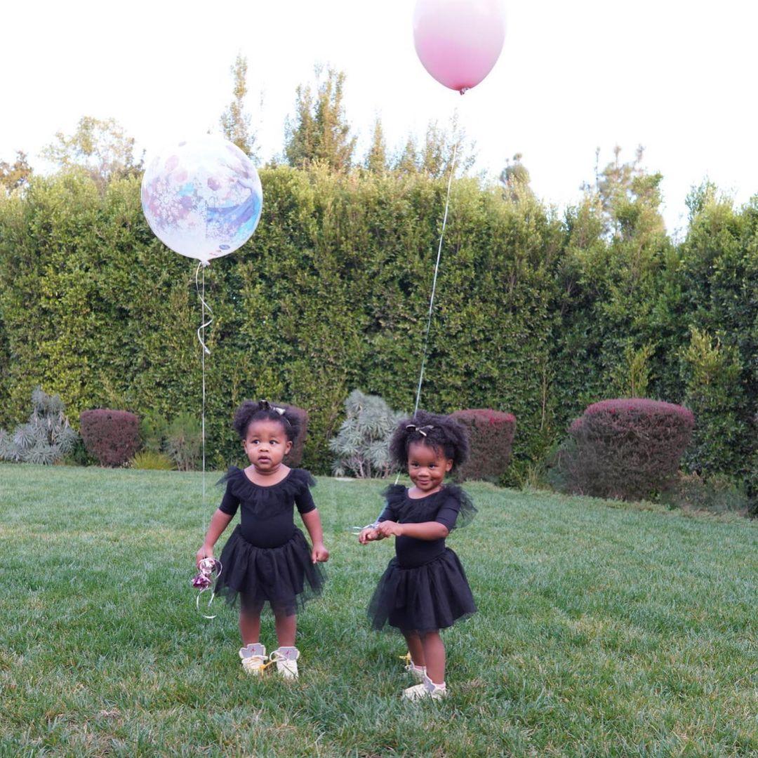 威首页少妻子晒出双胞胎女儿的合照庆祝两人生日:双倍快乐
