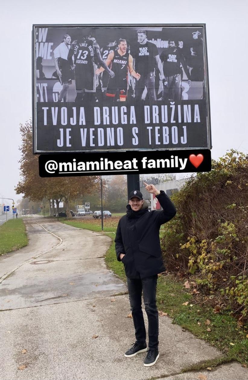 德拉季奇晒与自己身着热火球衣的广告牌合影:热火家庭