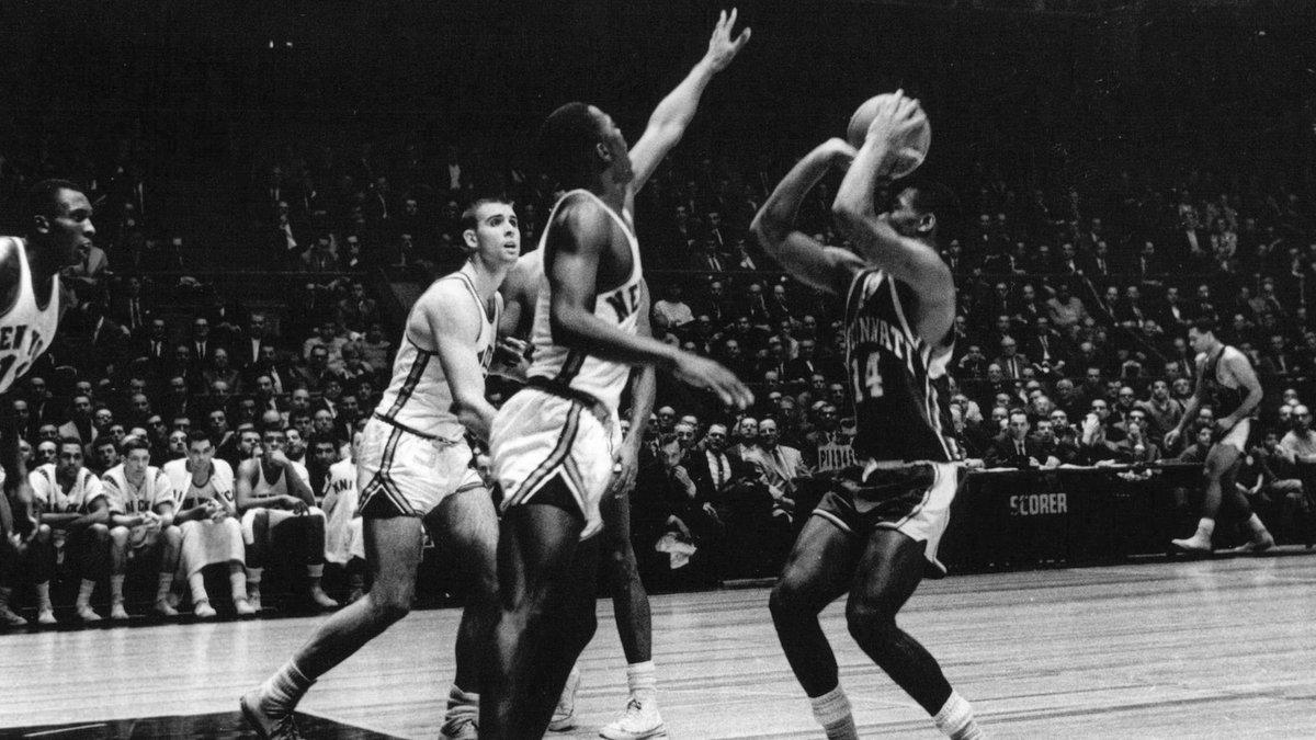 1965年的今天大O在单月的两场比赛中拿到40+15,历史首位