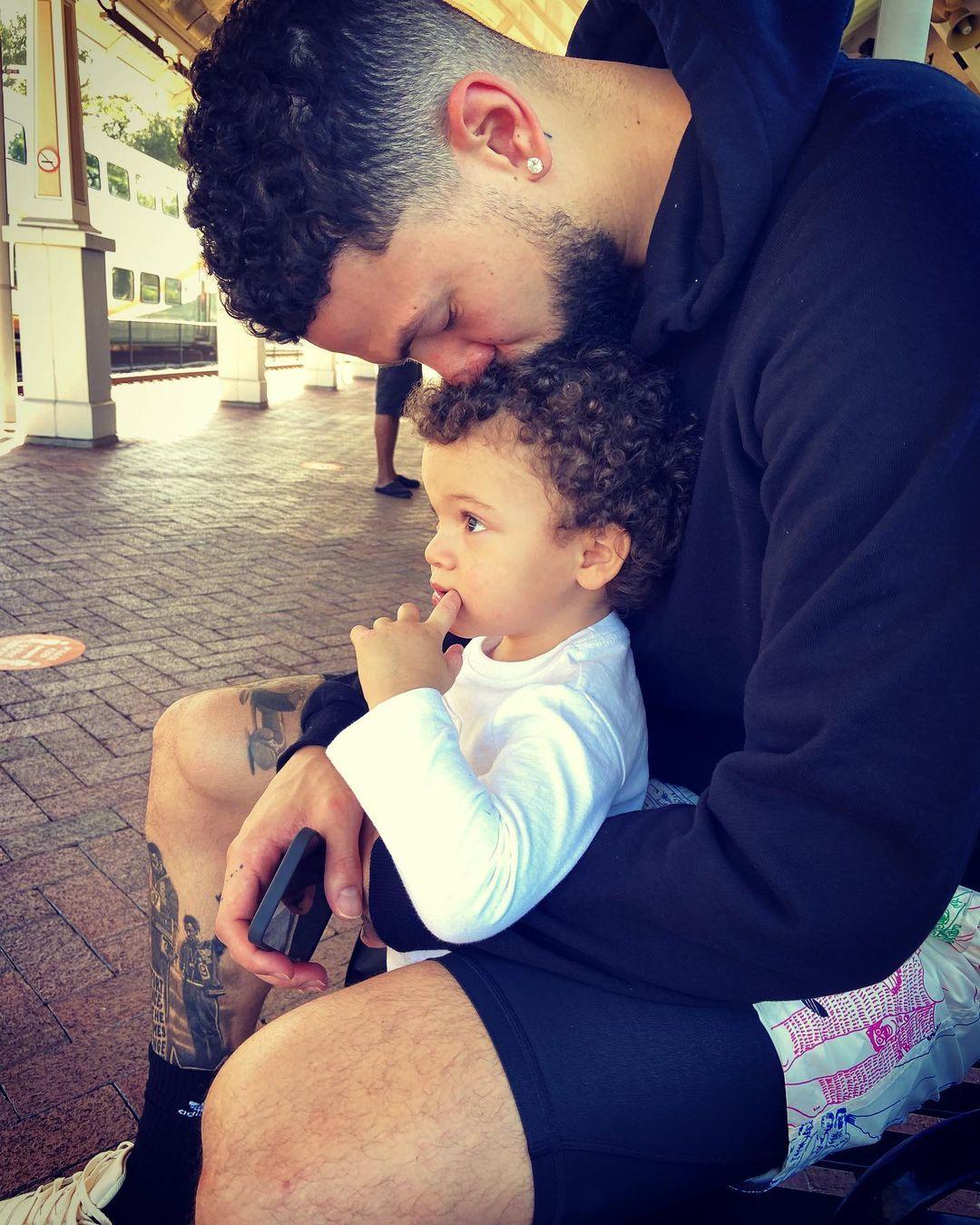 小里弗斯更新Instagram,晒出自己与儿子的亲密合