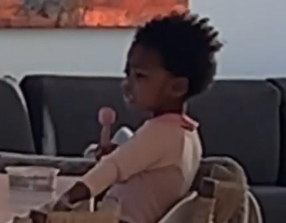 韦德儿子晒妹妹趣味瞬间:她指了指位置让我坐