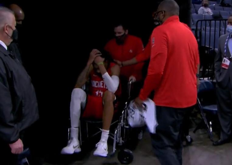 伍德右脚踝扭伤,欲坚持完成罚球未果,坐轮椅回到更衣室